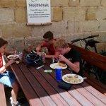 Oběd pod hradem Kostí